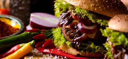 Burger z serem pleśniowym i konfiturą z czerwonej...